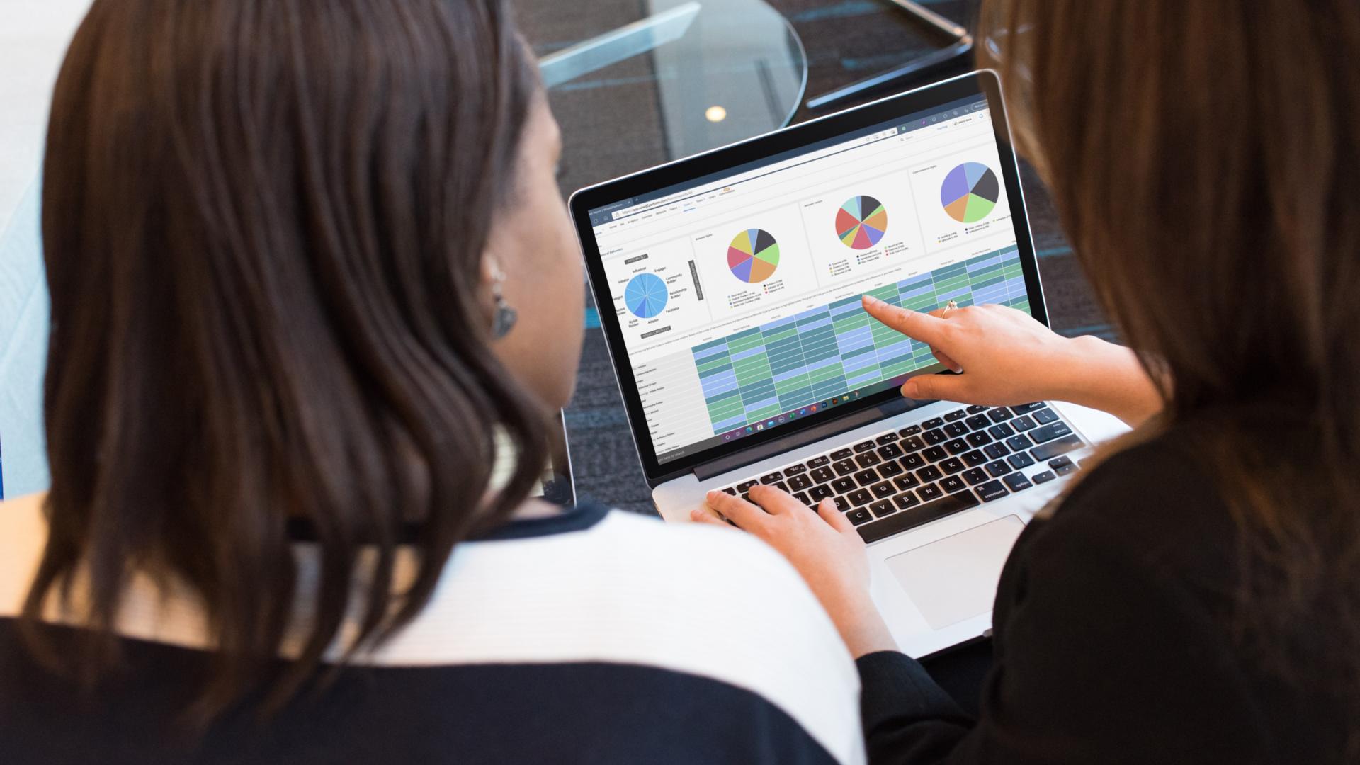 OEIJJX36 TI Two woman working on laptop